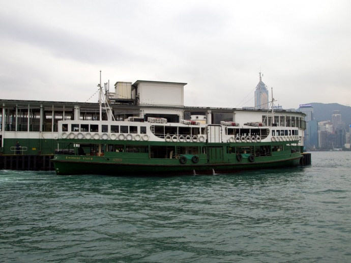 Fähre am Pier in Kowloon