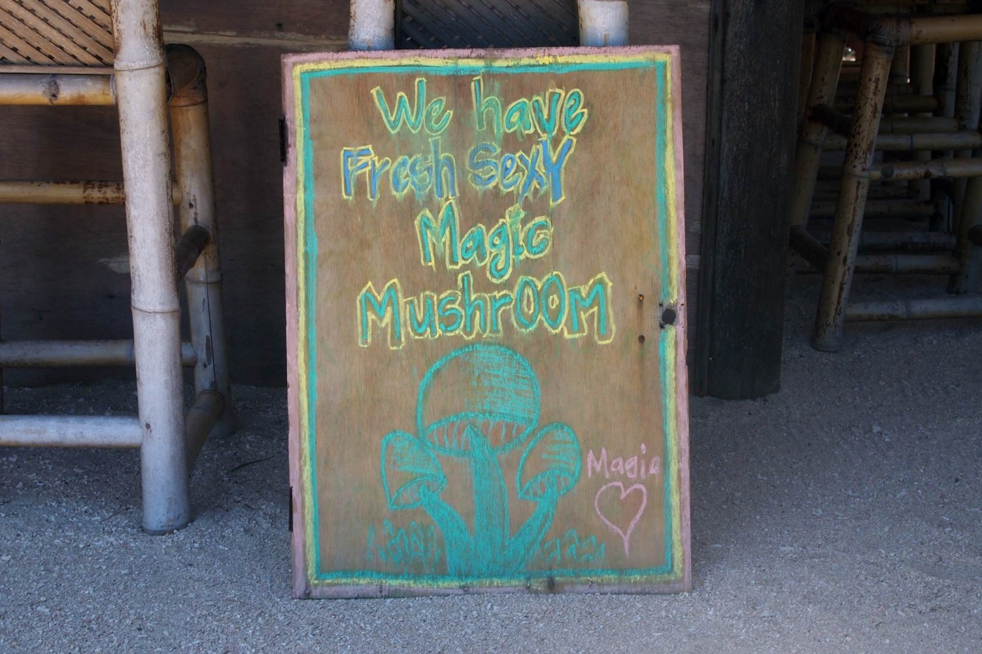 Magic Mushroom Schild auf Gili Air, Indonesien