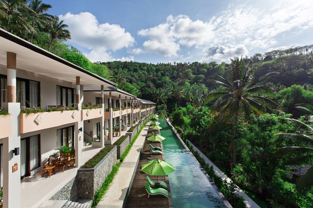 The rooms and the infinity pool at Kebun Villas & Resort (Senggigi, Lombok)