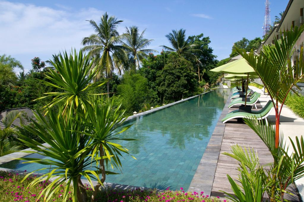 Infinity pool and loungers at Kebun Villas & Resort (Senggigi, Lombok)
