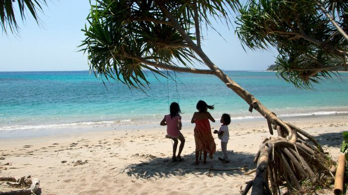 Kids at the beach of Pandanan