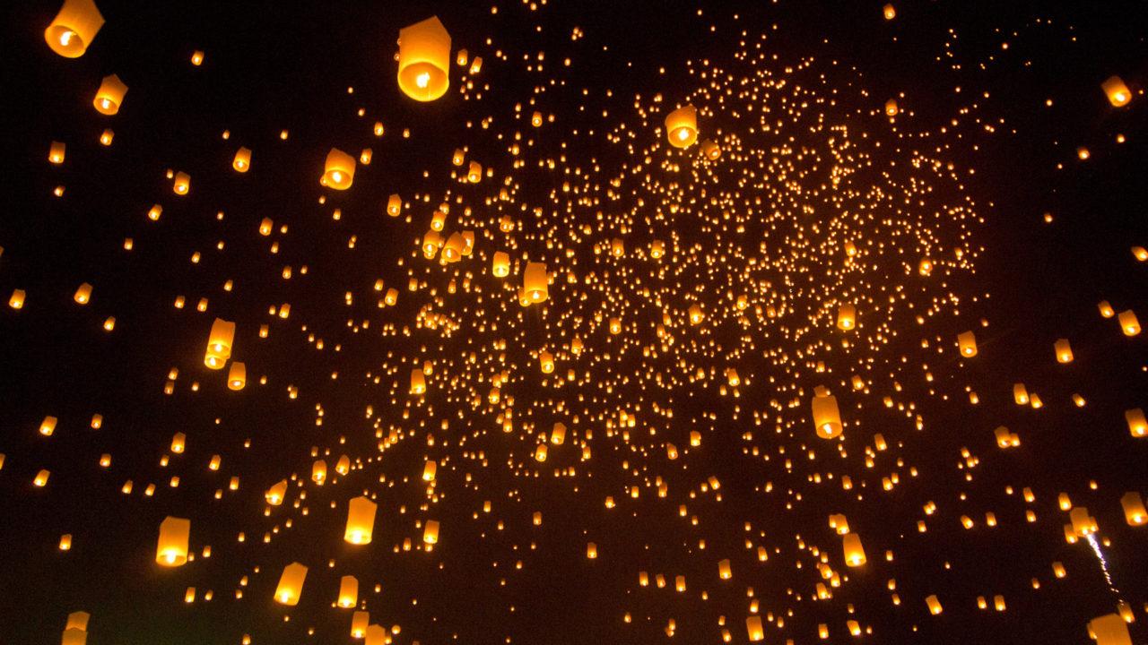 Der Himmel voller Laternen beim Yi Peng Festival in Chiang Mai