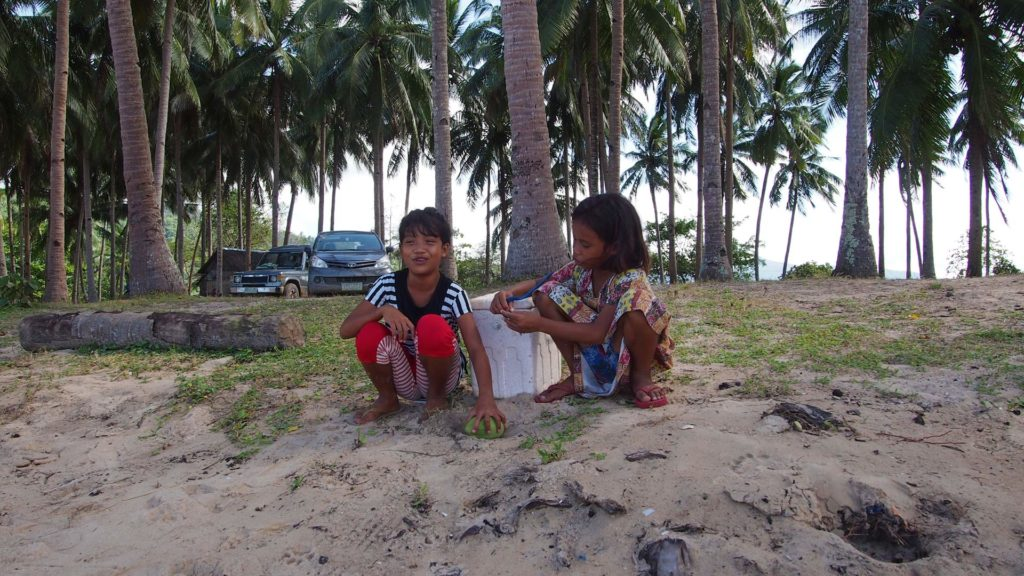 Two local girls at the Nacpan Beach, El Nido