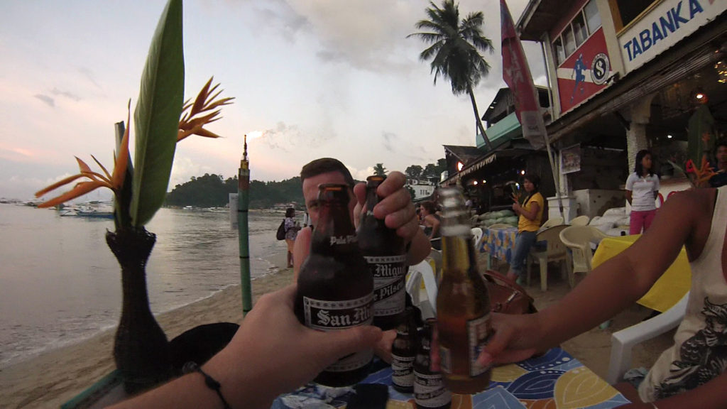Happy Hour am Strand von El Nido