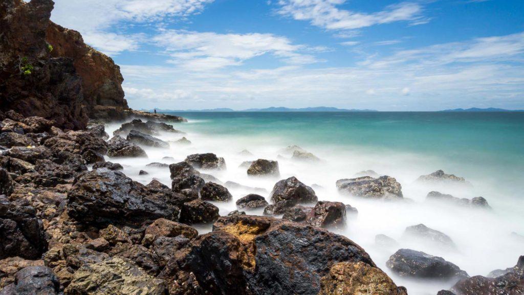 Felsen und Meer bei Koh Larn, Thailand