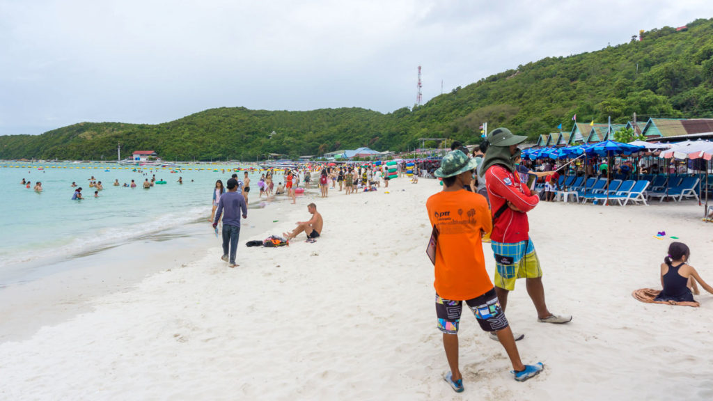 Der Hauptstrand des Tawaen Beach auf Koh Larn