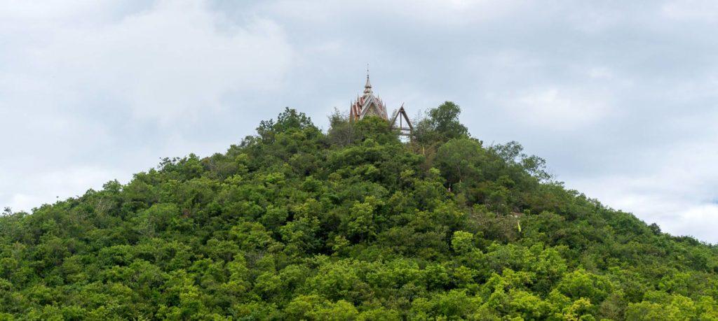 Aussicht auf den kleinen Tempel auf dem höchsten Punkt von Koh Larn