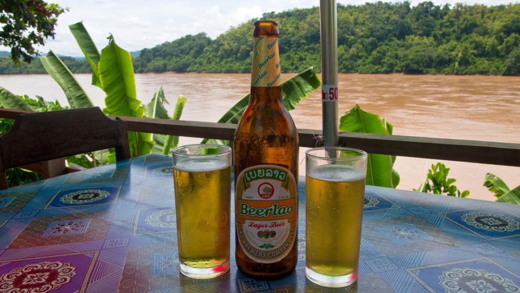Ein Beer Lao am Mekong-Fluss in Luang Prabang, Laos
