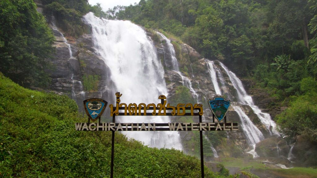 Der Wachirathan Waterfall im Doi Inthanon Nationalpark