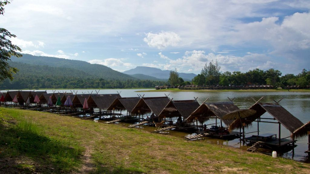 Wooden huts to relax on Huay Tong Thao Lake