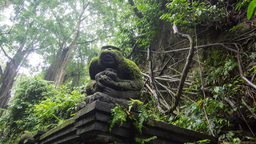 Affenstatue im Dschungel des Monkey Forests, Ubud