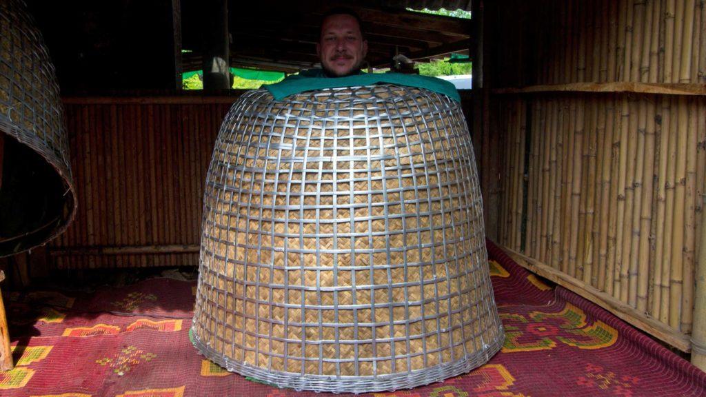 Tobi im Dampfbad im Chong Chang Tune Live Ecomuseum in Trat