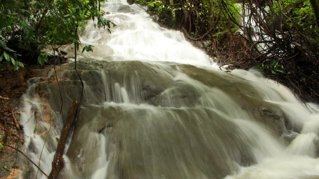 Der Bang Hoi Wasserfall am Cheow Lan Lake im Khao Sok Nationalpark