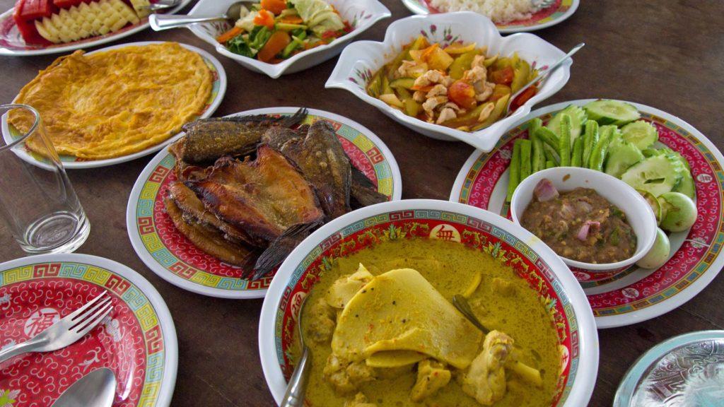 Essen im Smiley Lakehouse im Khao Sok Nationalpark