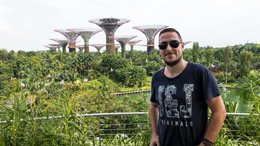 Tobi in the Gardens By The Bay with a view at the Supertrees of Singapur