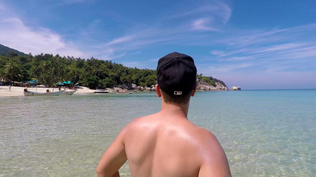 Marcel im Wasser am Strand von Haad Yuan auf Koh Phangan