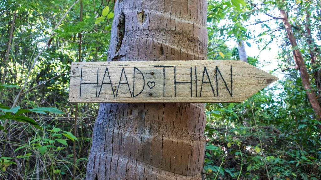 Haad Thian sign on the way to the beach