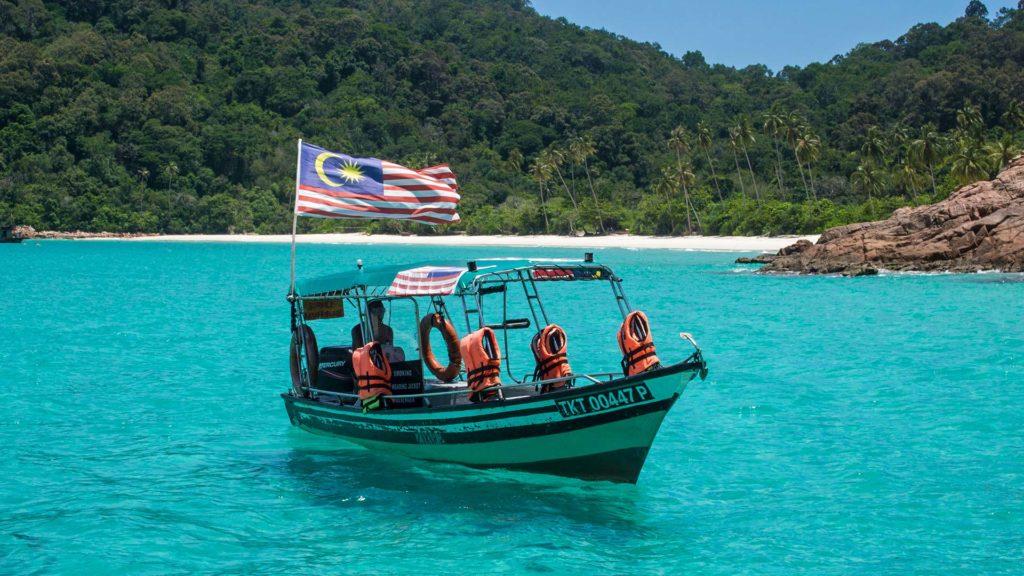 Das Boot der Schnorcheltour am Teluk Dalam Beach auf Redang