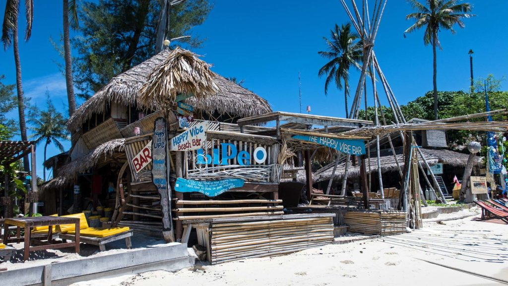 Die coole Happy Vibe Beach Bar am Sunrise Beach von Koh Lipe