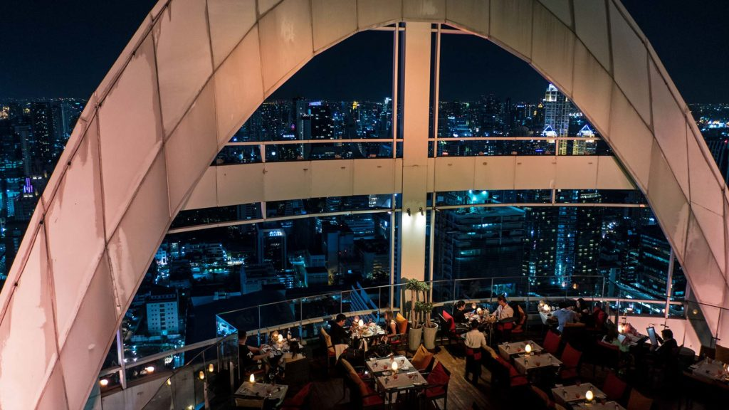 Der Dinner-Bereich der Red Sky Bar des Centara Grand in Bangkok