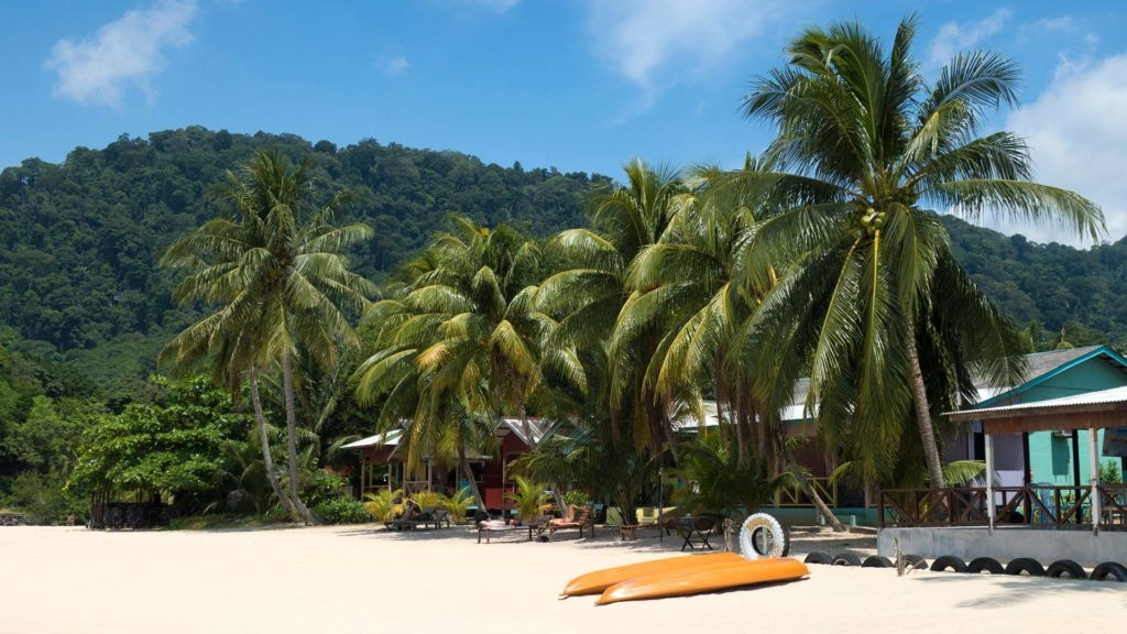Die Bungalows des Rainbow Chalet am Juara Beach, Tioman
