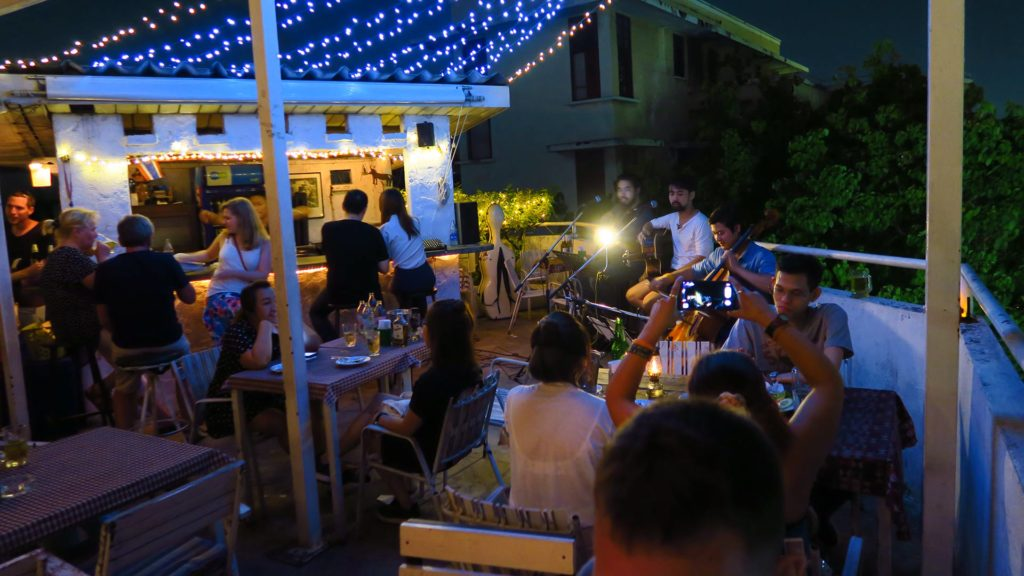 Live-Musik in der Phranakorn Rooftop Bar in Bangkok