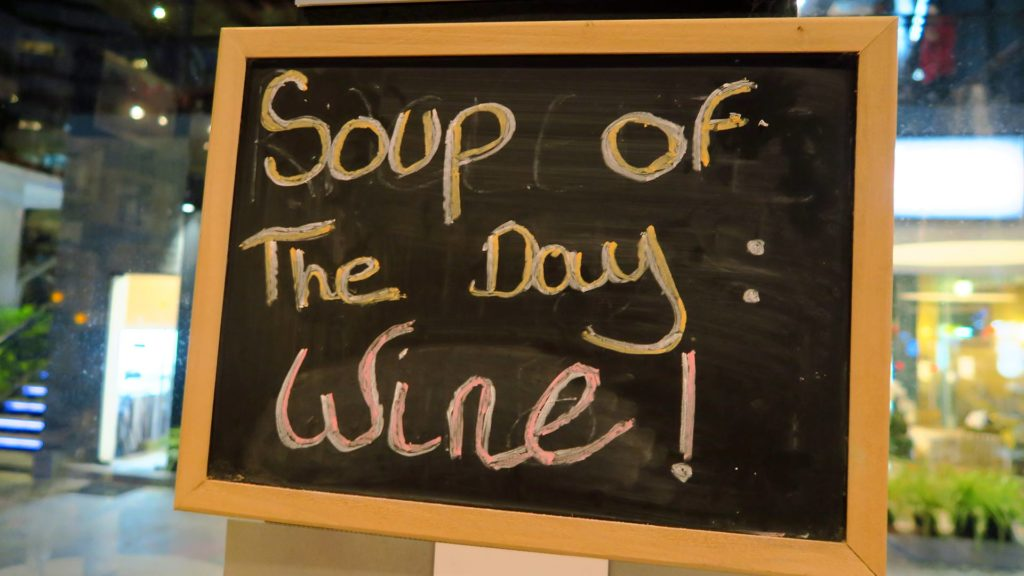 Schild am Wine Depot: 'Soup of the Day: Wine!'