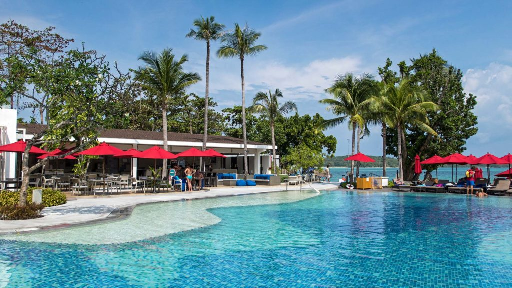 The swimming pool of the Amari Koh Samui hotel directly at Chaweng Beach