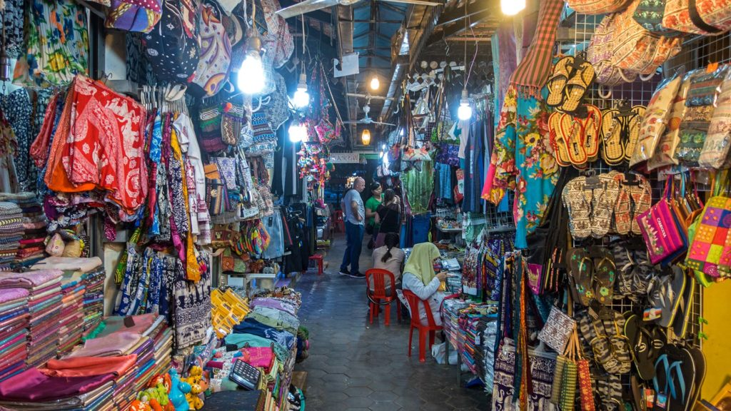 Im Inneren des Art Center Night Market am Fluss von Siem Reap