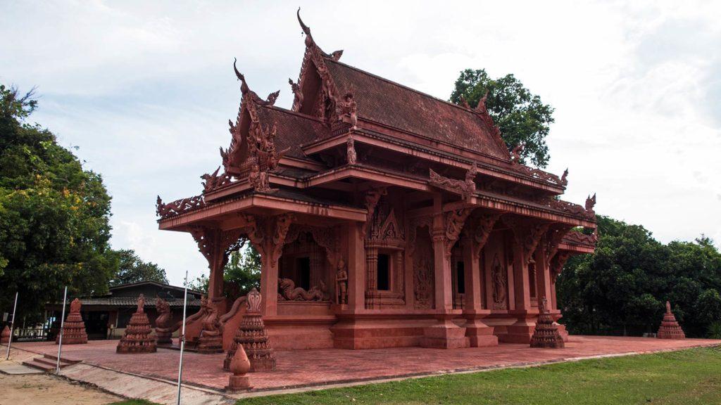 Der rote Tempel des Wat Sila Ngu an Koh Samuis Ringstraße