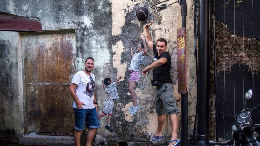 Tobi und Marcel mit Street Art in Penang (Kinder beim Basketballspielen)