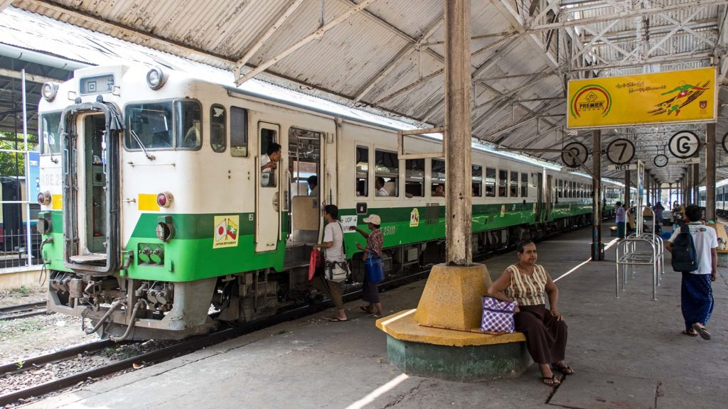 Der Zug der Circle Line in Yangon