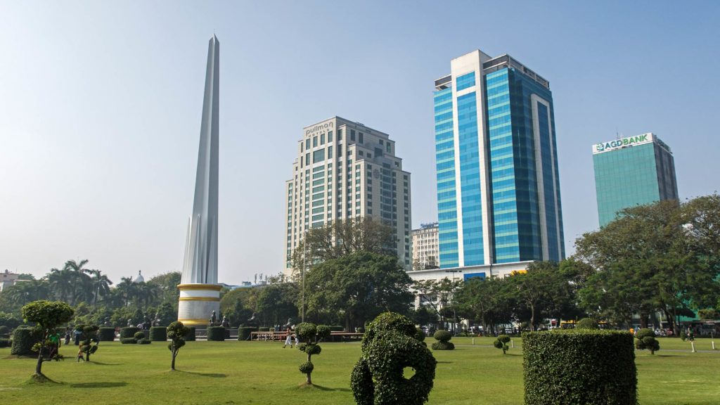 Der Maha Bandula Park mit dem Independence Monument in Yangon