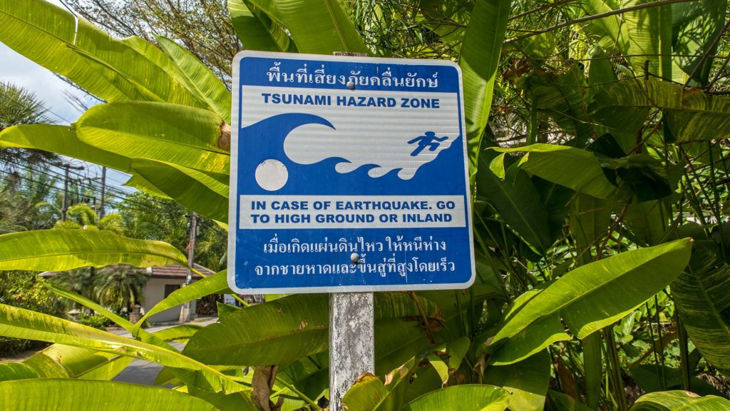Tsunami-Warnschild in Khao Lak