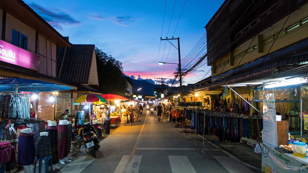 Die abendliche Walking Street in Pai