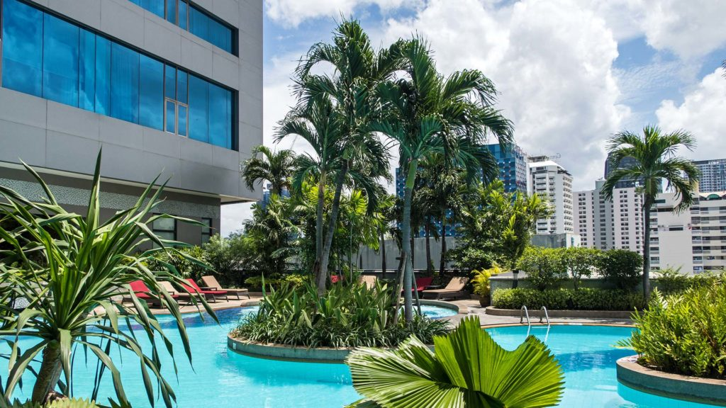Der Swimmingpool des Amari Watergate Hotels in Bangkok