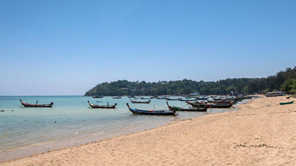 Boote am Strand von Rawai auf Phuket