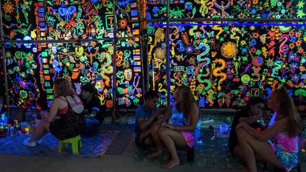 Neon-Bemalung auf der Full Moon Party Koh Phangan