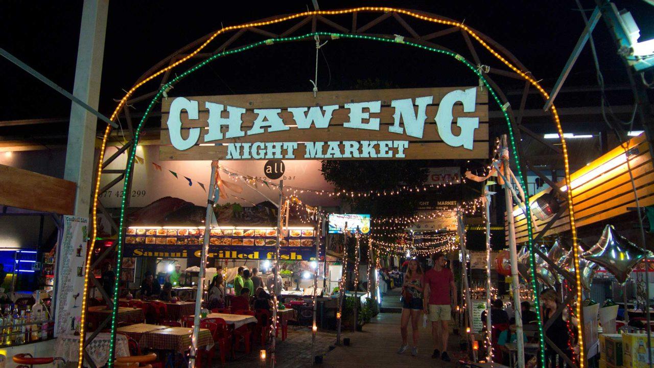 Der Chaweng Night Market gegenüber des Chaweng Lake auf Koh Samui