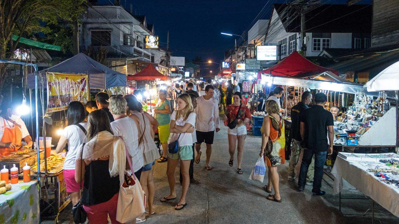 Die Maenam Walking Street von Koh Samui am Abend