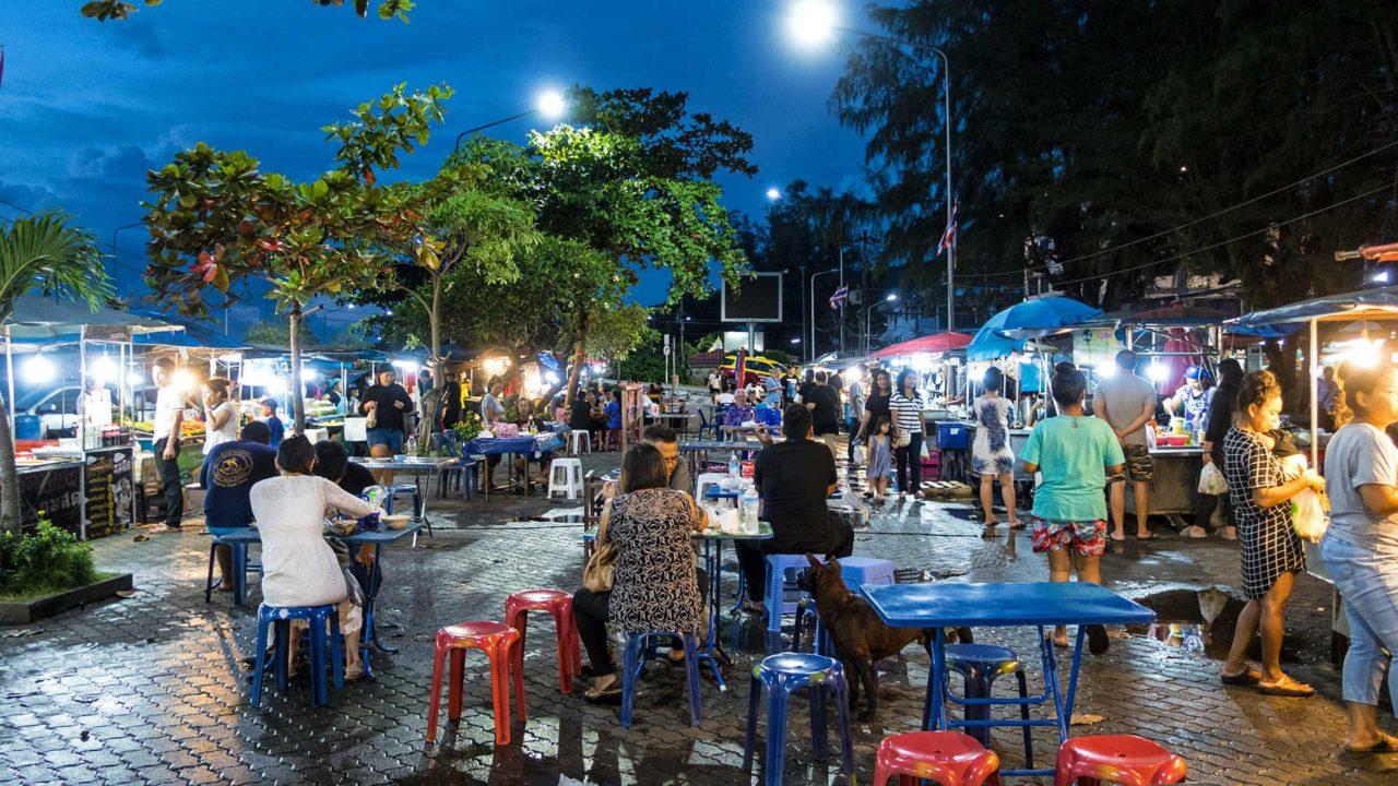 Der allabendliche Nathon Nachtmarkt an der Westküste Koh Samuis