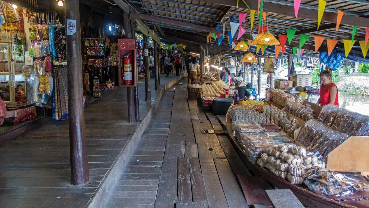 Stände auf dem Ayothaya Floating Market von Ayutthaya