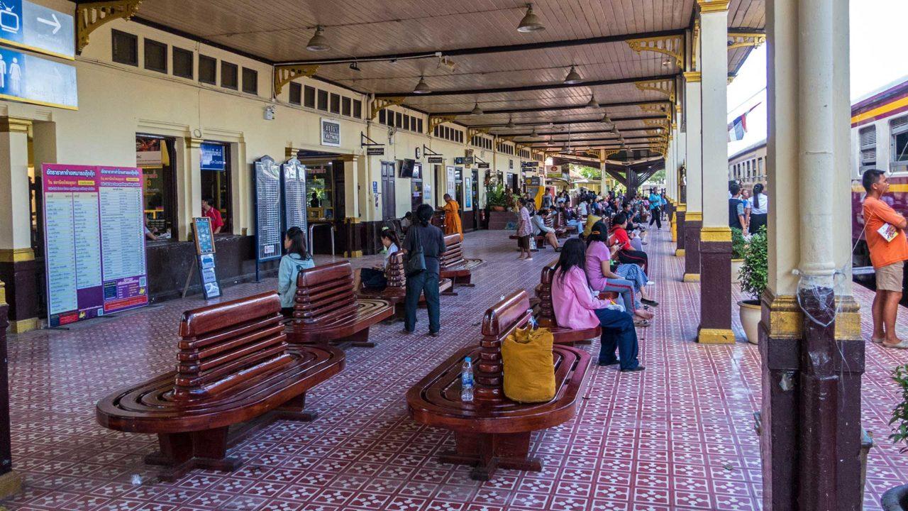 Der Bahnhof von Ayutthaya, der alten Tempelstadt Thailands