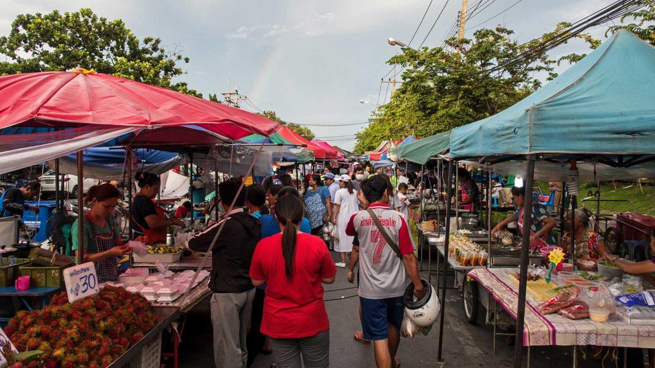 Der abendliche Bang Lan Night Market in Ayutthaya