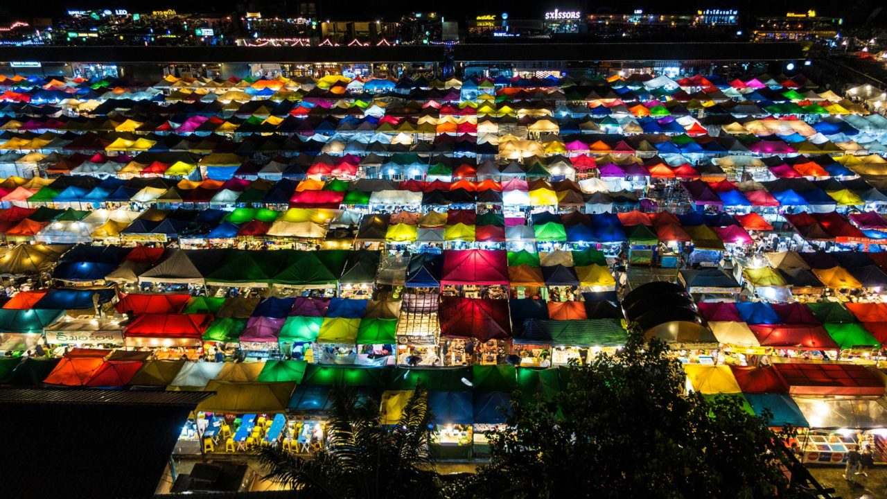 Ausblick auf den Talad Rod Fai Ratchada, Train Night Market in Bangkok