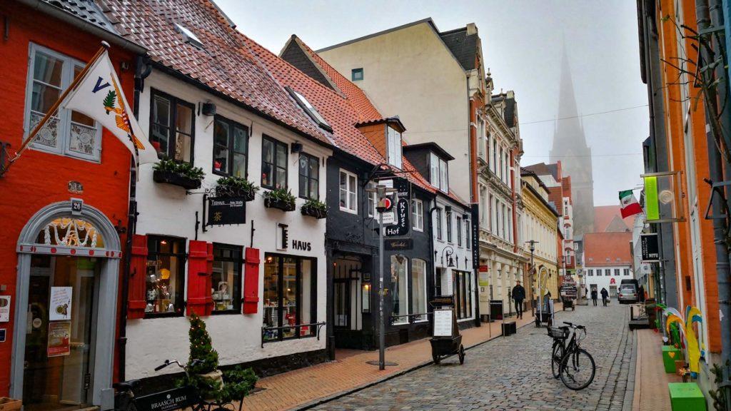 Rote Straße mit Blick auf die St. Nikolai Kirche und Südermarkt, Flensburg