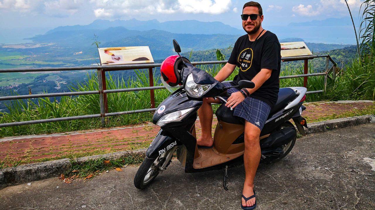 Tobi mit der Aussicht vom Gunung Raya