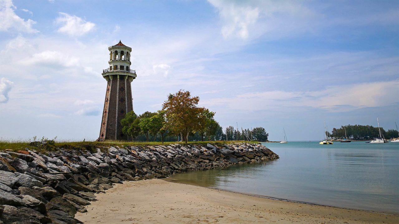 Der Leuchtturm im Telaga Harbour Park am Pantai Kok auf Langkawi