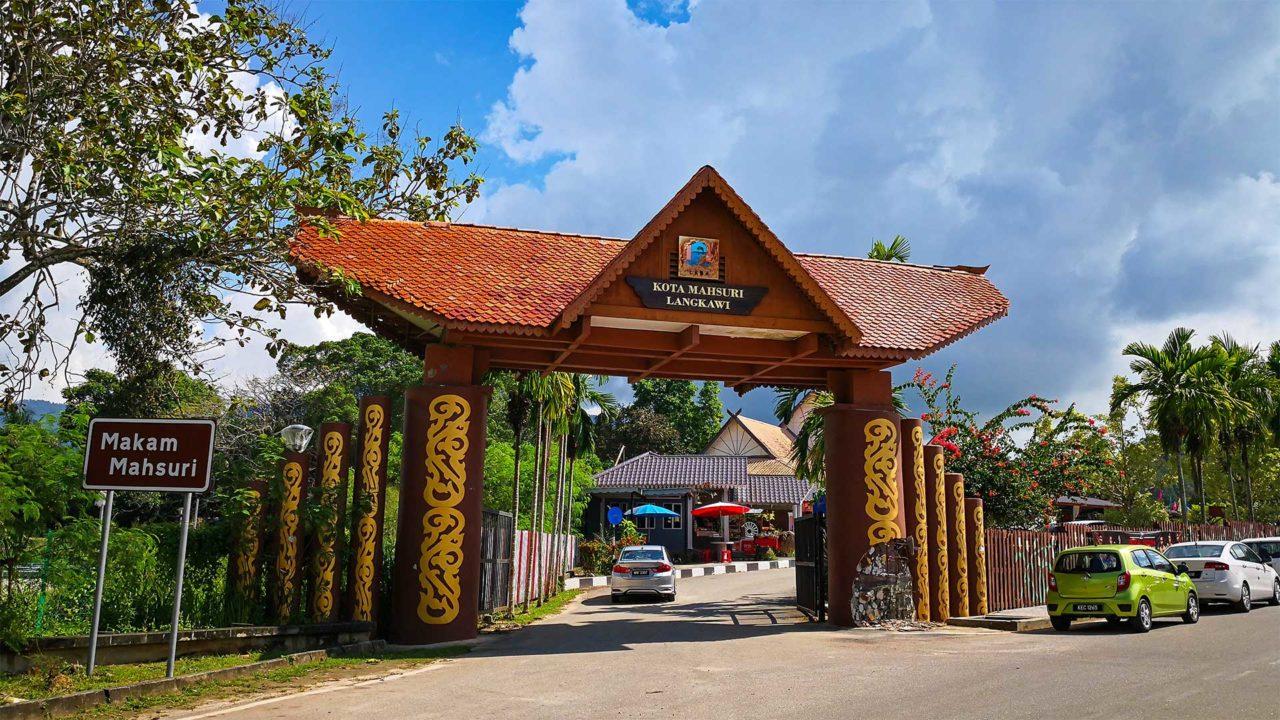 Der Eingang des Mahsuri Mausoleums auf Langkawi