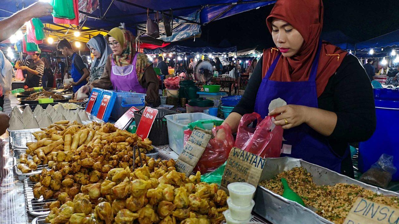 Verkäuferin auf dem Nachtmarkt von Langkawi